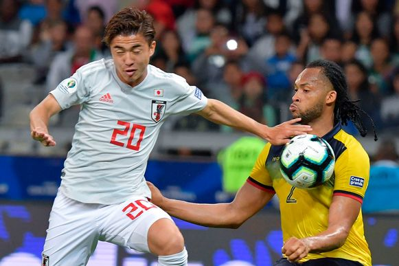 Hiroki Abe (links) in actie op de Copa America tegen Ecuador.