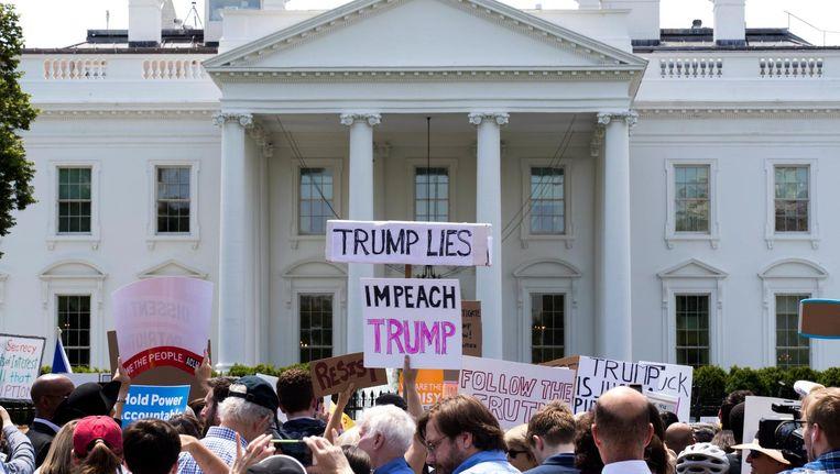 Demonstranten voor het Witte Huis na het ontslag van FBI-directeur James Comey. Beeld epa