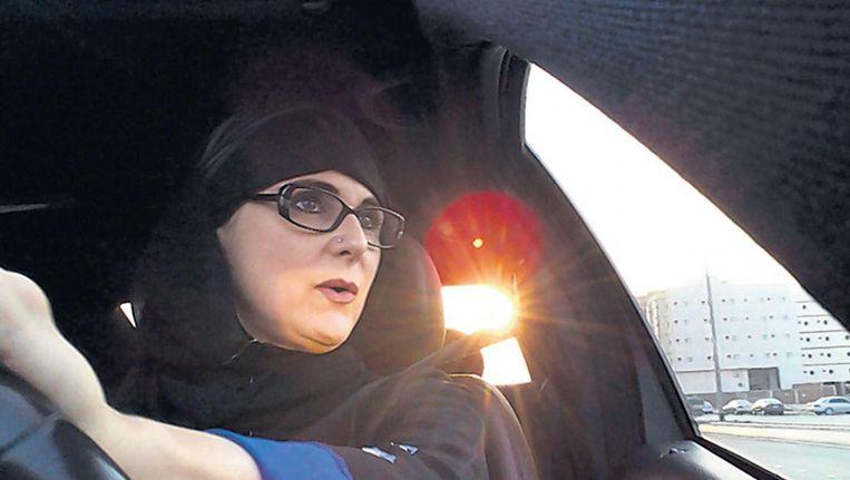 Skypebeeld van Samia rijdend door de Saoedische kuststad Jeddah. Veiligheidsagenten hadden vrouwen telefonisch gewaarschuwd geen auto te gaan rijden. Beeld de Volkskrant