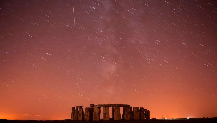 Een meteorenzwerm boven het circa 2.300 jaar oude monument Stonehedge in Engeland.