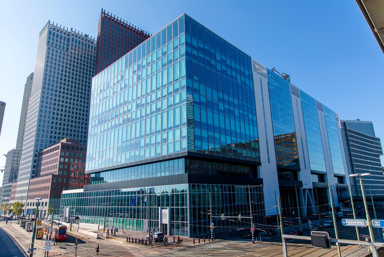 Exterieur van het gebouw aan de Rijnstraat waar de ministeries van Buitenlandse Zaken en Infrastructuur en Waterstaat in huizen. Meerdere glasplaten vertoonden opeens breuken. Alle ruiten worden nu verpakt met veiligheidsfolie.