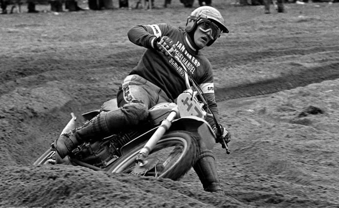 Motorcrosser Gerrit Wolsink, bijgenaamd de vliegende tandarts uit Lochem, in volle actie.