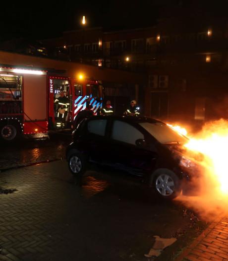Auto brandt uit bij winkelcentrum De Laverije in Rijen