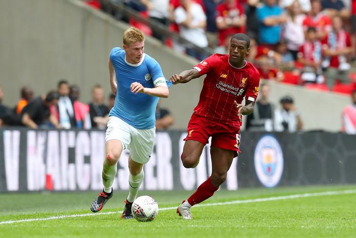 Kevin de Bruyne van Manchester City (links) snelt langs Georginio Wijnaldum van Liverpool.