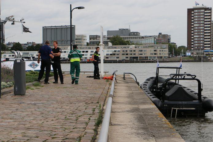 Na een aanvaring tussen een RIB en een houten sloep is minstens 1 dode gevallen. Zeker 10 mensen raakten gewond en werden door een watertaxi en andere boten uit het water gehaald. Het ongeluk gebeurde op de Nieuwe Maas ter hoogte van het Antwerpse Hoofd.