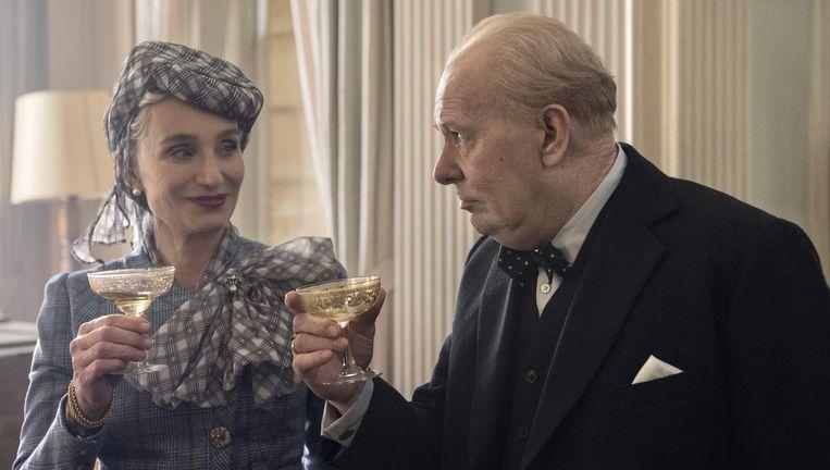 Kristin Scott Thomas en and Gary Oldman als Clementine en Winston Churchill in Darkest Hour. Beeld