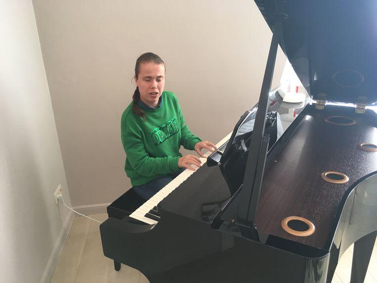 In het nummer Blind Vertrouwen begeleidt Audrey zanger Udo op de piano.