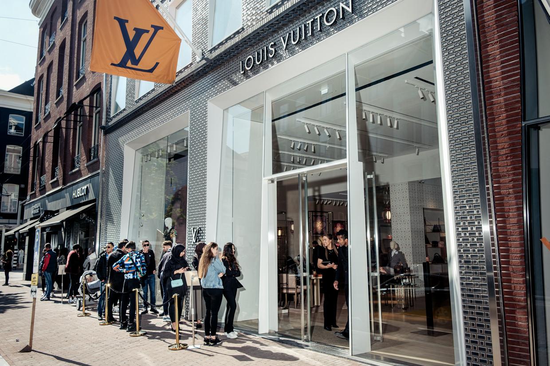 De rij bij de Louis Vuittonwinkel, maandag in de P.C. Hooftstraat. Beeld Jakob van Vliet
