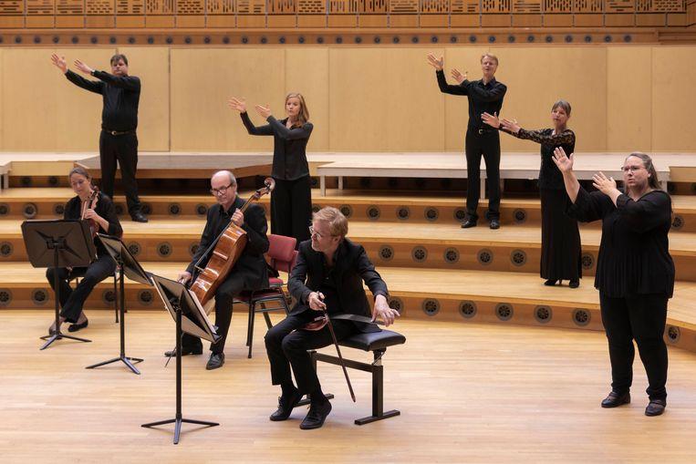 Helemaal rechts: Ewa Harmsen, van het Nederlands Gebaren Koor, die de solo voor haar rekening neemt. Beeld Esther de Bruijn
