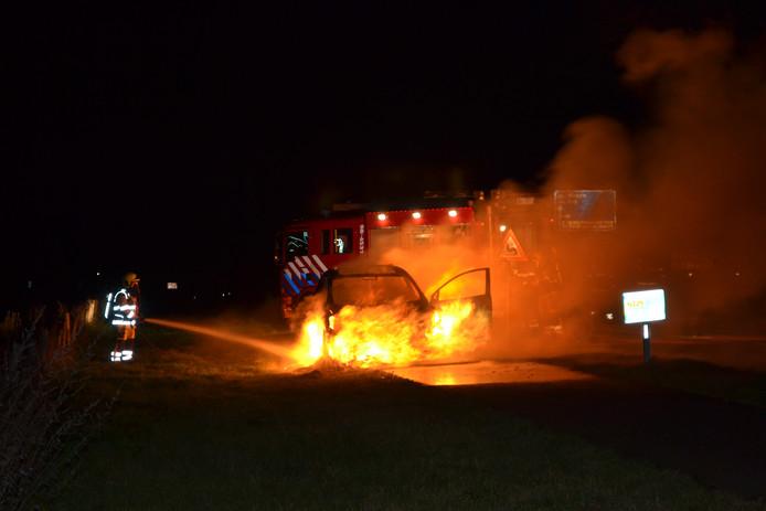 Auto brandt uit op de Noord Zuidweg
