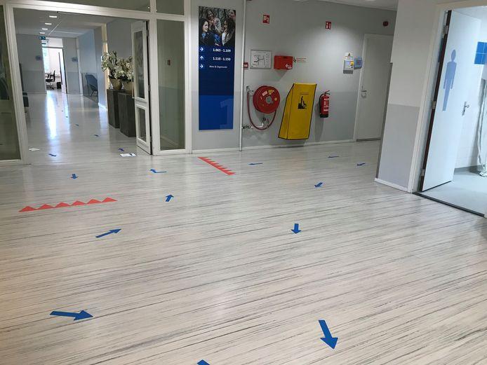 Verplichte looprichtingen in de gangen van de Christelijke Hogeschool Ede (CHE).