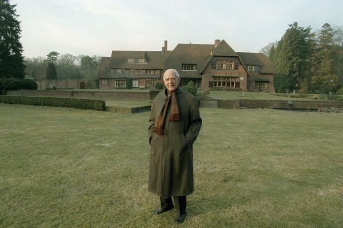Frits Philips op 90-jarige leeftijd voor de achterzijde van landhuis De Wielewaal.