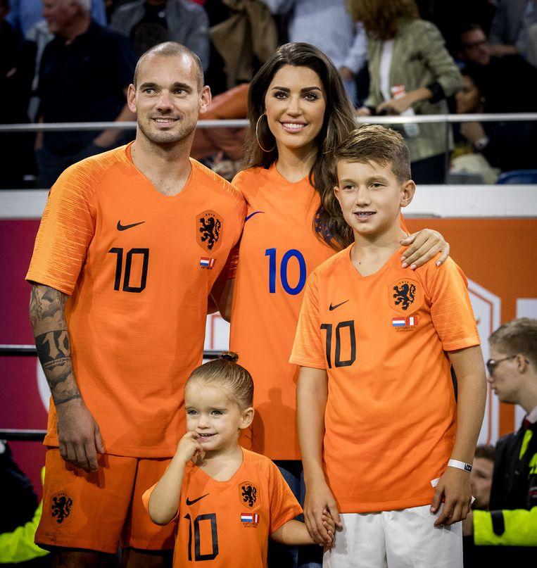 Sneijder met zijn ex-vrouw Yolanthe en hun kinderen Xess Xava en Jessey na zijn afscheidsmatch voor Oranje tegen Peru vorig jaar in september