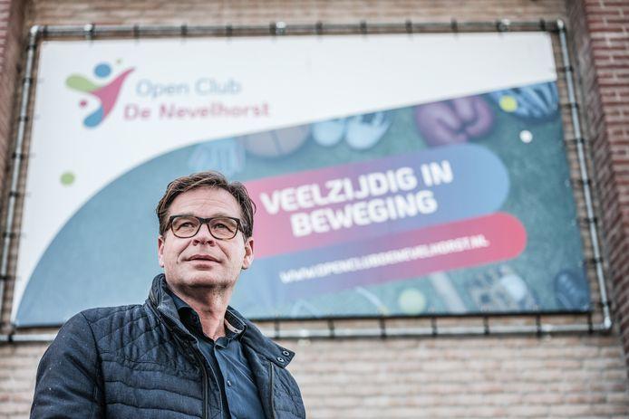Raymond Zweers is voorzitter van Open Club De Nevelhorst, een samenwerkingsverband tussen onder andere de voetbal-, tennis- en turnvereniging. Zweers en zijn collega's broeden op een nieuwe sportvoorziening in Didam.  Foto: Jan Ruland van den Brink