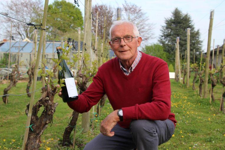 Etienne Brondeel bij de wijnraken waarvan Les Perles d'Etienne worden gemaakt.