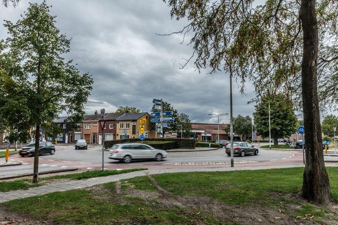 Drukte bij rotonde aan de Van Beethovenlaan/Boulevard/Dunantstraat. Door alle wegomleggingen in de stad, is het daar drukker dan anders.  Foto: Marcel Otterspeer