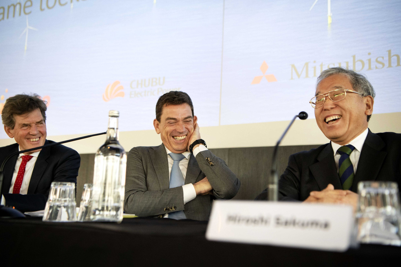 Eneco CEO Ruud Sondag (links) en Hiroshi Sakuma (rechts), adviseur van de CEO van Mitsubishi, tijdens een persconferentie over de overname.