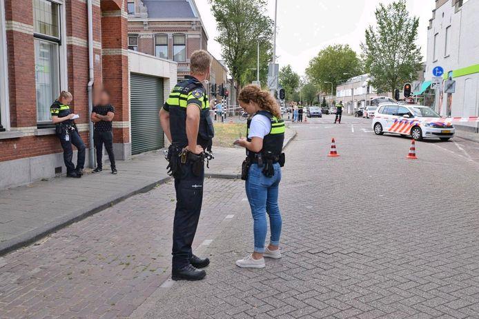 Politie op de plaats van de steekpartij aan de Lange Nieuwstraat.