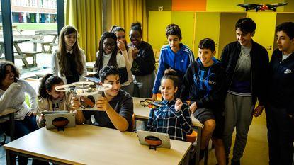 Leerlingen leren met drones vliegen