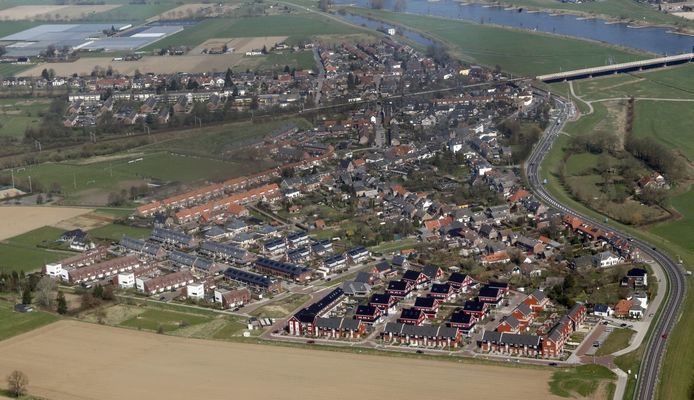 De Hoven vanuit de lucht. Op de voorgrond de geplaagde nieuwbouwwijk De Teuge, rechtsboven de IJssel en in het verlengde van de Oude IJsselbrug het oudste deel van De Hoven. foto Ab Hakeboom