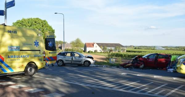 Meerdere gewonden bij frontale botsing van twee auto's in Leuth.
