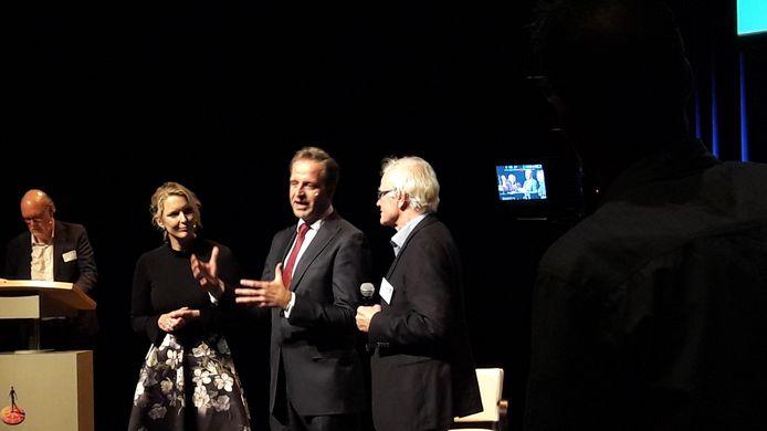 Gedeputeerde Marianne van der Sloot (vlnr), minister Hugo de Jonge en voorzitter Leo Bisschops van KBO-Brabant in gesprek op het podium van het jaarcongres van KBO-Brabant in De Enck in Oirschot.