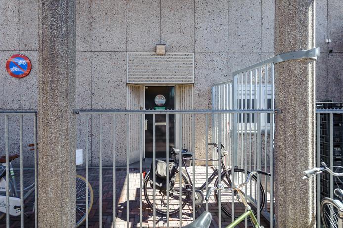 De ingang van fototentoonstelling Ogenblik/Blikveld op de eerste verdieping van het stationsgebouw is best moeilijk te vinden: aan de zijkant, bij de fietsenstalling.