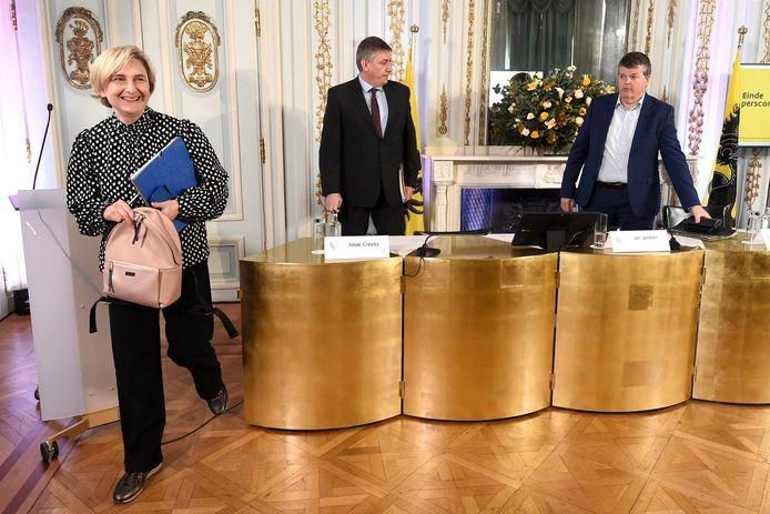 Viceminister-president Hilde Crevits (CD&V), minister-president Jan Jambon (N-VA) en viceminister-president Bart Somers (Open Vld) op de persconferentie.