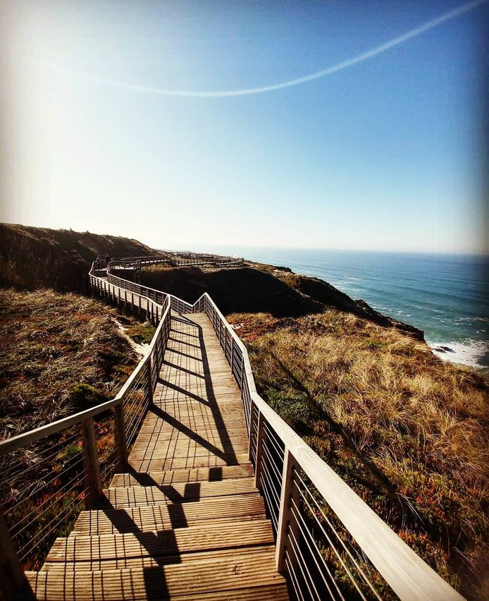 Langs de Passadiço van Foz do Arelho maak je wandelingen naast de kliffen en de oceaan.