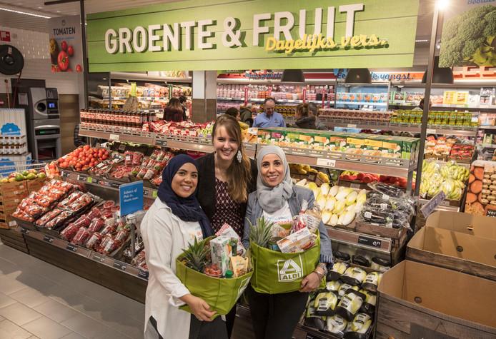 Manager Nadie Winde van Aldi, geflankeerd door de Healthy Sisters, Najima (l) en Rachida Kharbouch.