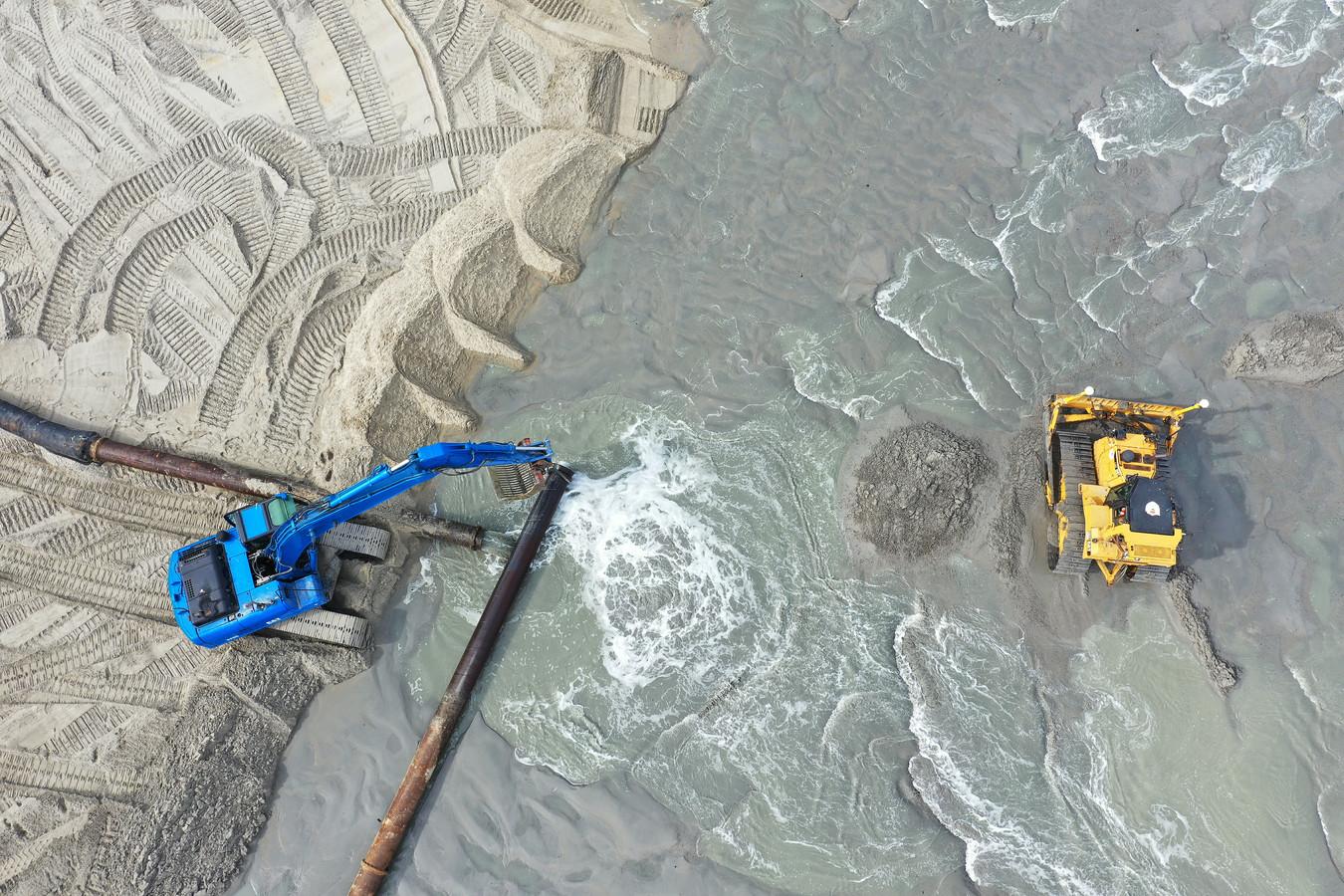 Door de zeespiegelstijging zullen steeds vaker zandsuppleties nodig zijn, zoals hier voor de kust van Domburg.