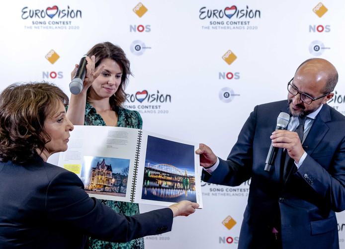 Burgemeester Ahmed Marcouch presenteerde namens de gemeente Arnhem aan NPO-bestuursvoorzitter Shula Rijxman een bidbook op basis waarvan de stad het Eurovisie Songfestival van volgend jaar hoopte binnen te halen.