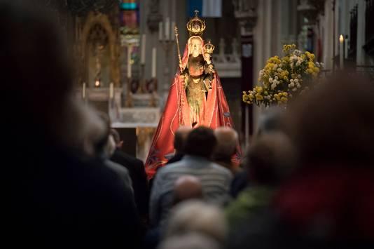 De start van de Mariamaand. Beeld wordt vanuit Mariakapel naar de kerk gedragen.