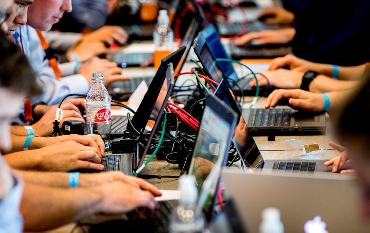 Deelnemers in actie tijdens een hackevenement. Beeld ANP