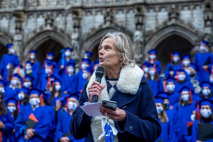 VUB-rector Caroline Pauwels tijdens de proclamatieceremonie voor afgestudeerde VUB-studenten op de Brusselse Grote Markt afgelopen maand.