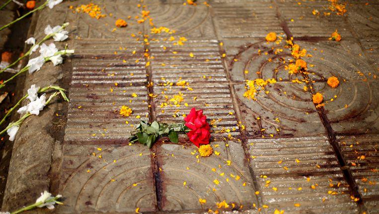 Bloemen op de plek waar Avijit Roy werd vermoord in Dhaka. Beeld EPA
