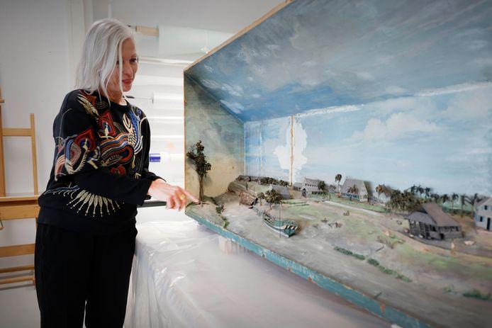 Hedwig Saam, directeur van Museum Het Valkhof, bij het Surinaamse diorama.