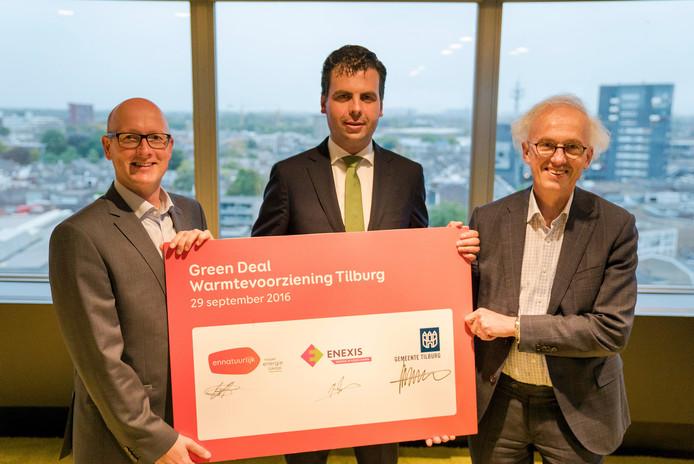 v.l.n.r. Erik Stronk (algemeen directeur van Ennatuurlijk) wethouder Berend de Vries, Jan Peters (directeur Assetmanagement van Enexis)