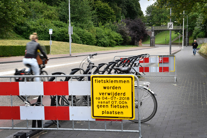 Fietsklemmen worden verwijderd bij Kelfkensbos/Voerweg.