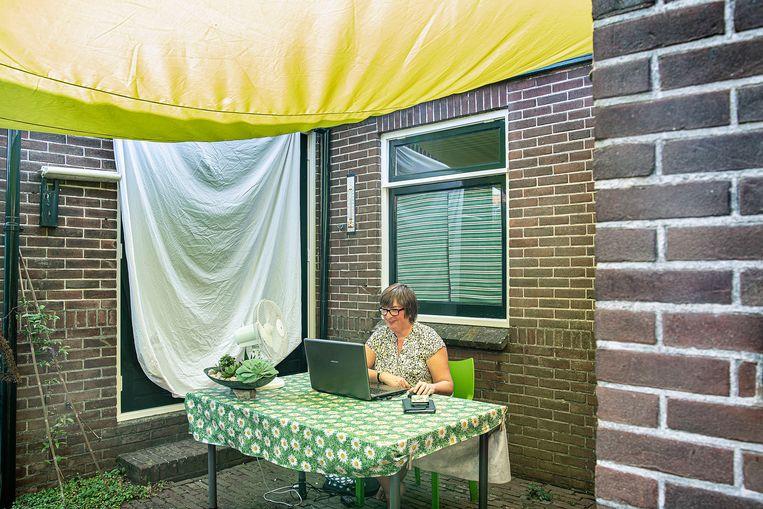 Adrie den Hertog: 'Ik heb overal in huis ventilatoren staan.' Beeld Guus Dubbelman / De Volkskrant