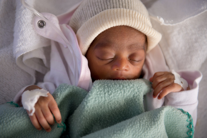 Een te vroeg geboren kindje in het verloskundig ziekenhuis van Artsen zonder Grenzen in Port-au-Prince, Haïti.