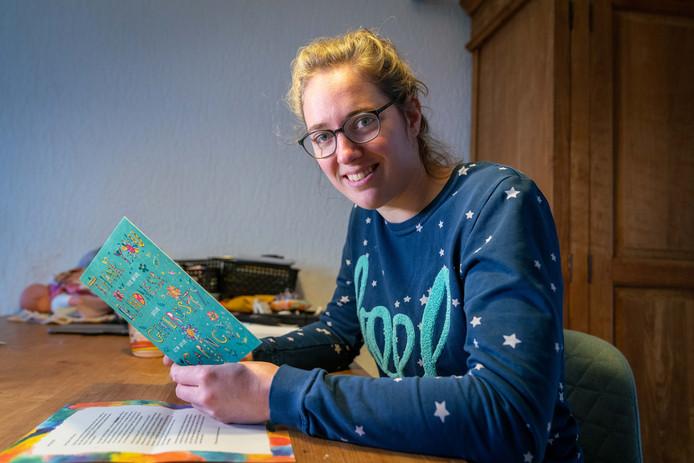 Tara Houterman met de kaart en brief.