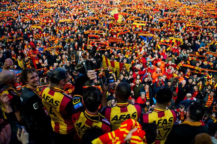Arjan Swinkels (links) kan lachen: KV Mechelen heeft promotie afgedwongen.