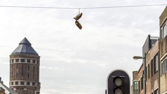 Hangende schoenen aan de kabels boven de Amsterdamsestraatweg