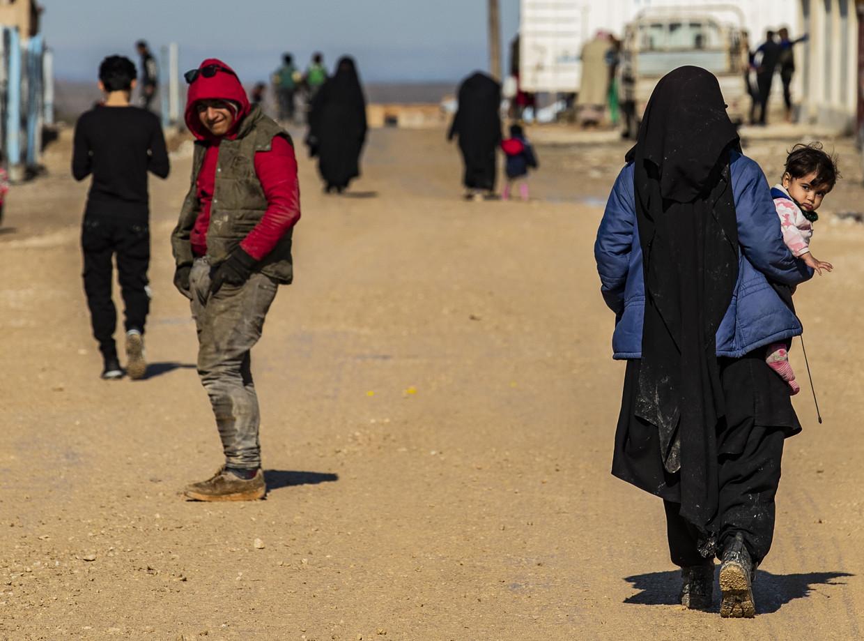 Een vrouw met een baby in Al Hol
