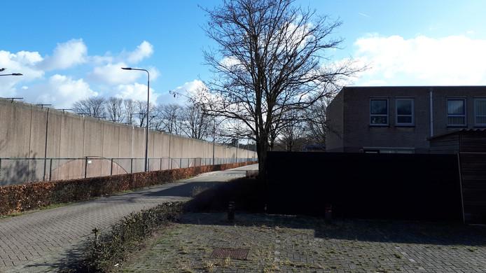De muur van de Penitentiare Inrichting Vught, grenzend aan woonoord Lunetten