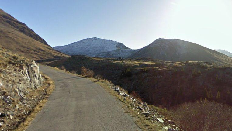 De Duitser Tony Martin uit kritiek op de afdaling aan de 'achterkant' van de Alpe d'Huez: 'Er is geen vangrail, als je een bocht mist kun je er geweest zijn.' Beeld Screenshot Google Streetview