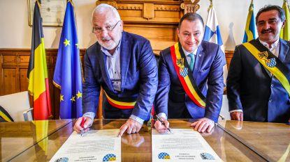 Burgemeesters - en vrienden - Dedecker en Reekmans bezegelen jumelage tussen Middelkerke en Glabbeek