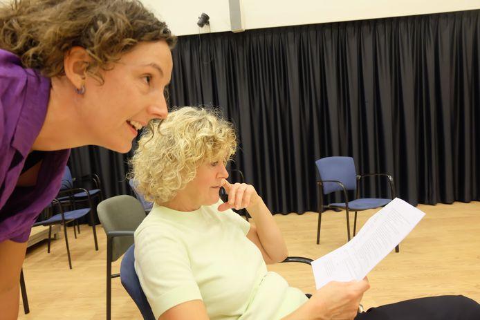 De twee regisseurs van het toneelstuk, Petra van den Brand (rechts) en Eva Luining.