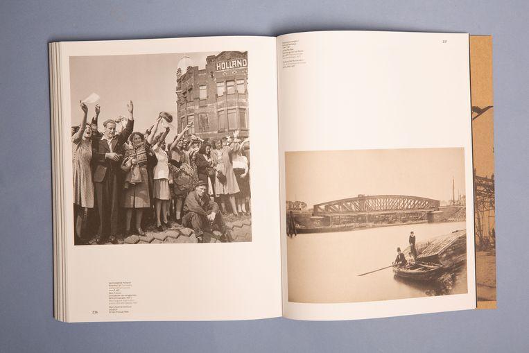 Op de linkerpagina is het uitzwaaien van de emigranten te zien. Beeld Studio V